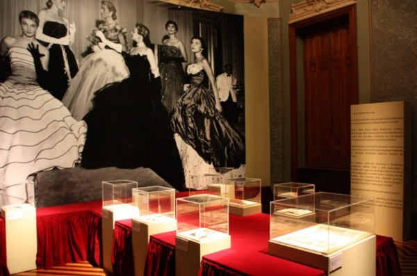 Entrada da exposição sobre a Casa Canadá de Mena Fiala.