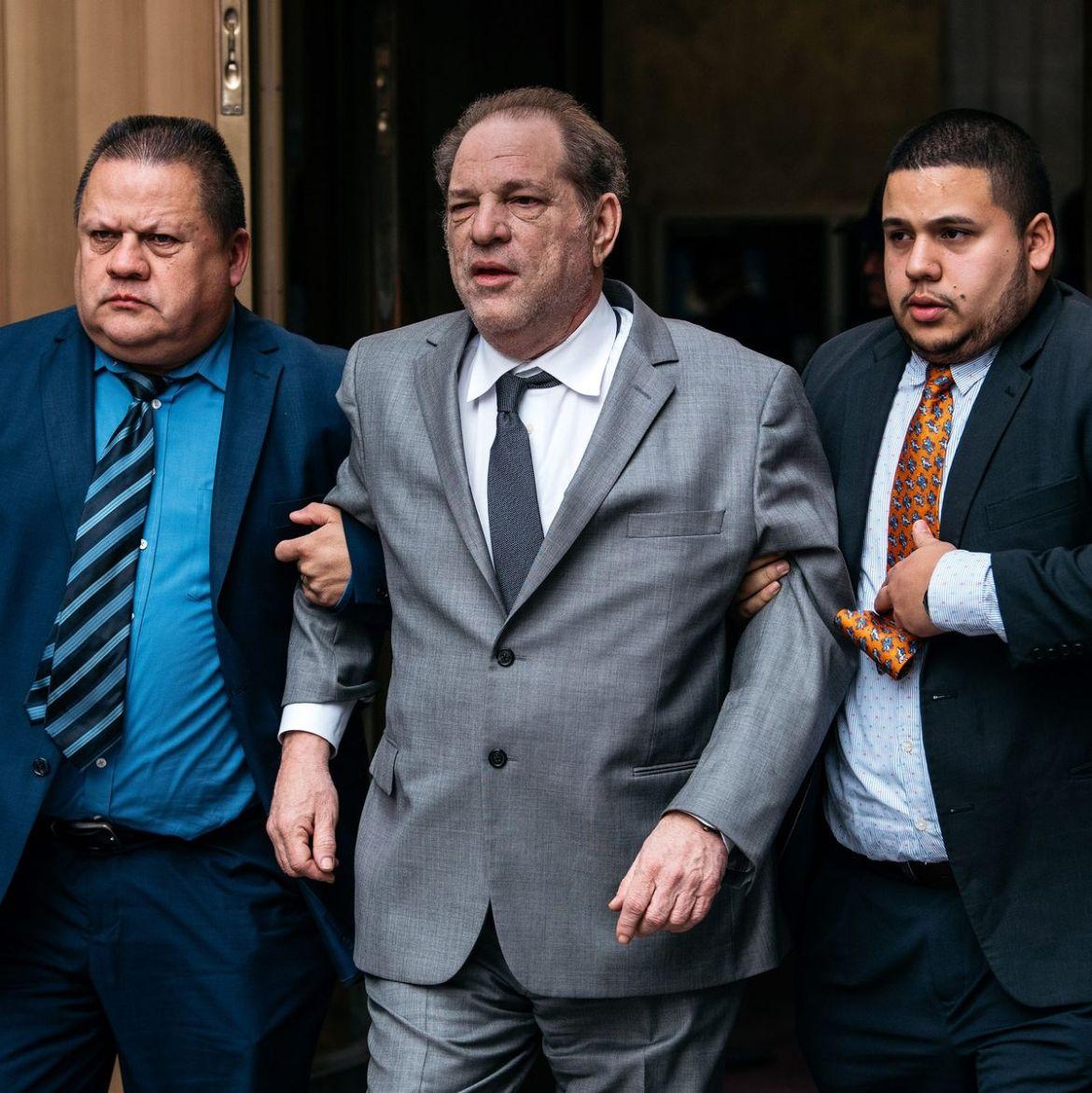 Produtor Harvey Weinstein é condenado a 23 anos de prisão.