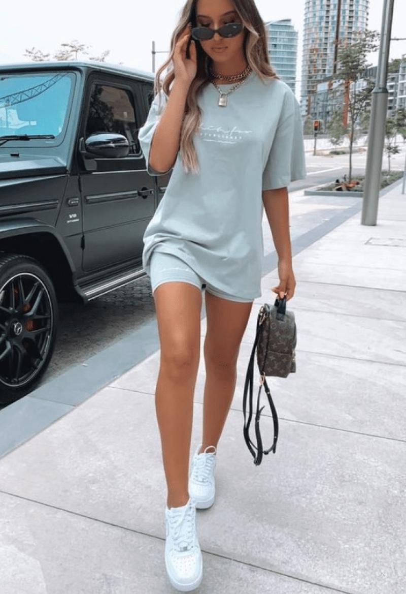 Conjunto monocromático t-shirt e bermuda com mini mochila e tênis