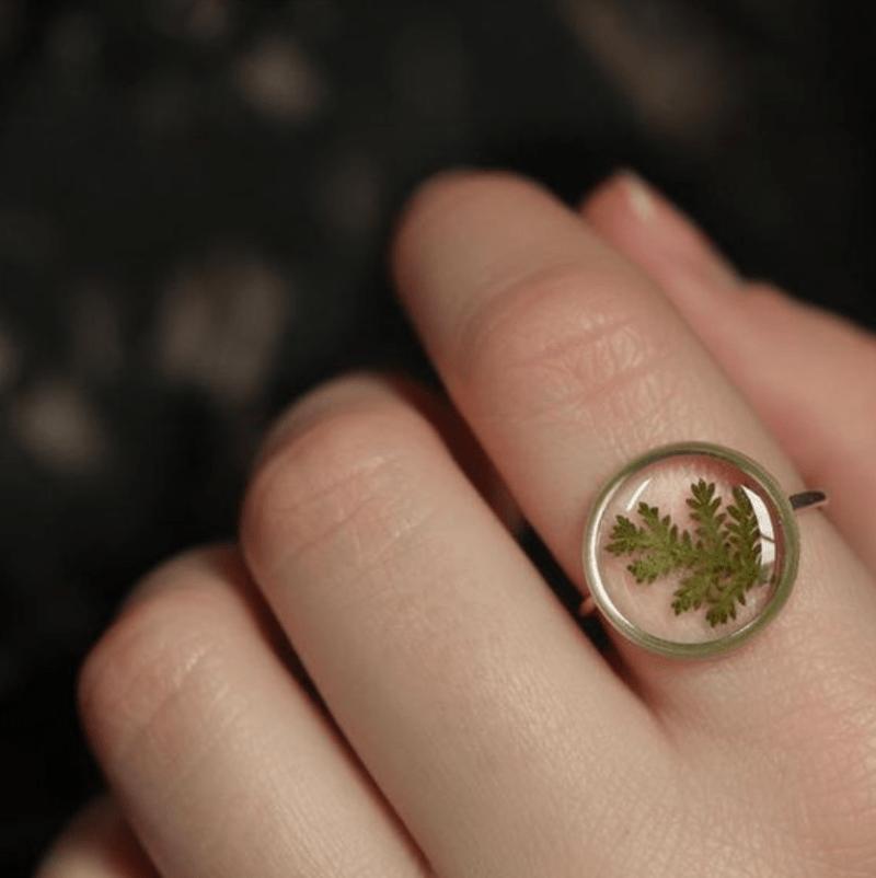 Anel de resina com folha