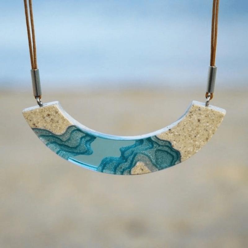 Colar de resina meia lua com areia e resina colorida azul