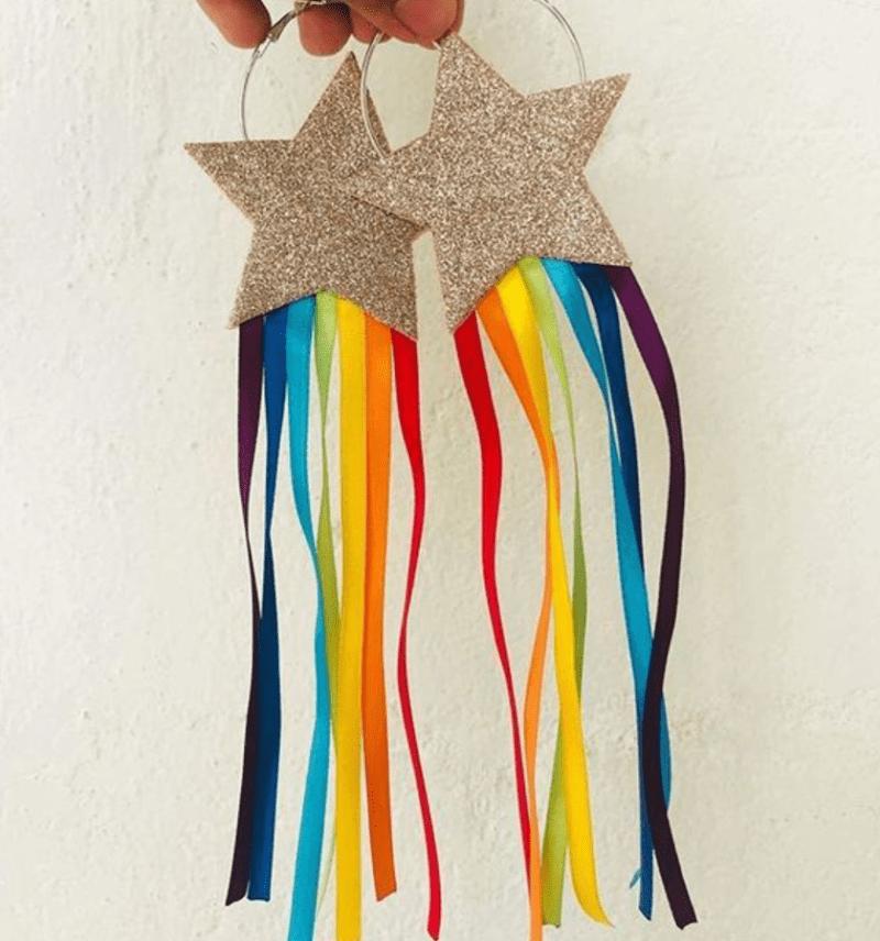 Brinco estrela EVA com fitas coloridas