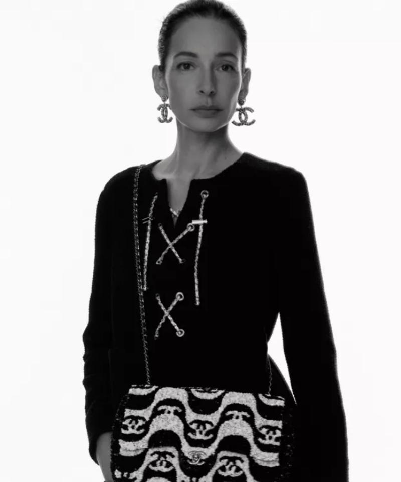 Túnica e bolsa da Chanel no lançamento da coleção pré-verão inspirada no Brasil