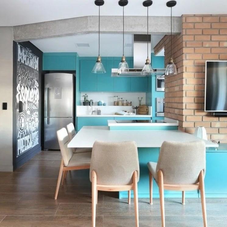 Cozinha integrada com sala com parede colorida