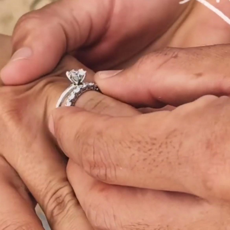 Aliança de casamento de Yasmin Brunet.
