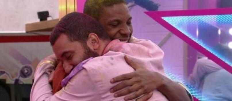 Lucas e Gilberto se abraçam no BBB21 - Globo
