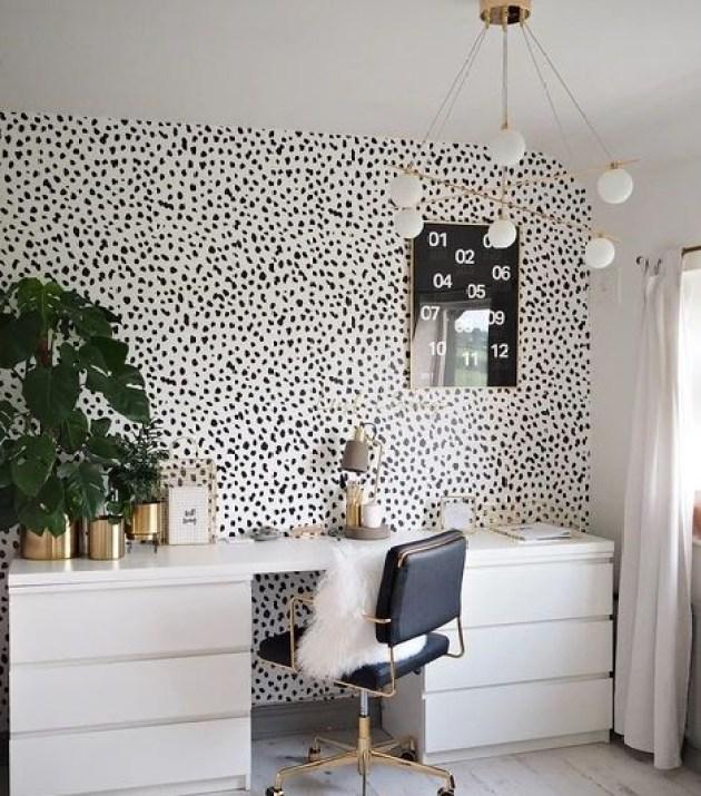 Home office preto e branco.