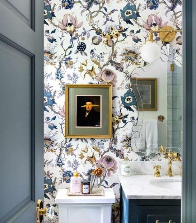 Banheiro florido.