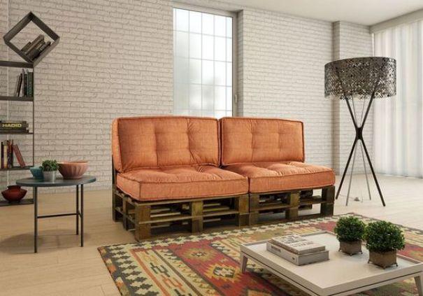 Sofá de pallet laranja.