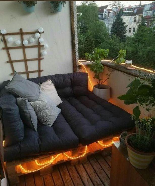 Sofá pequeno preto.