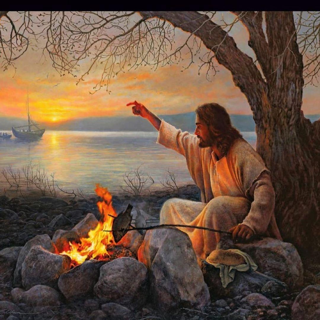 Jesus Cristo na beira do mar, comendo peixe.