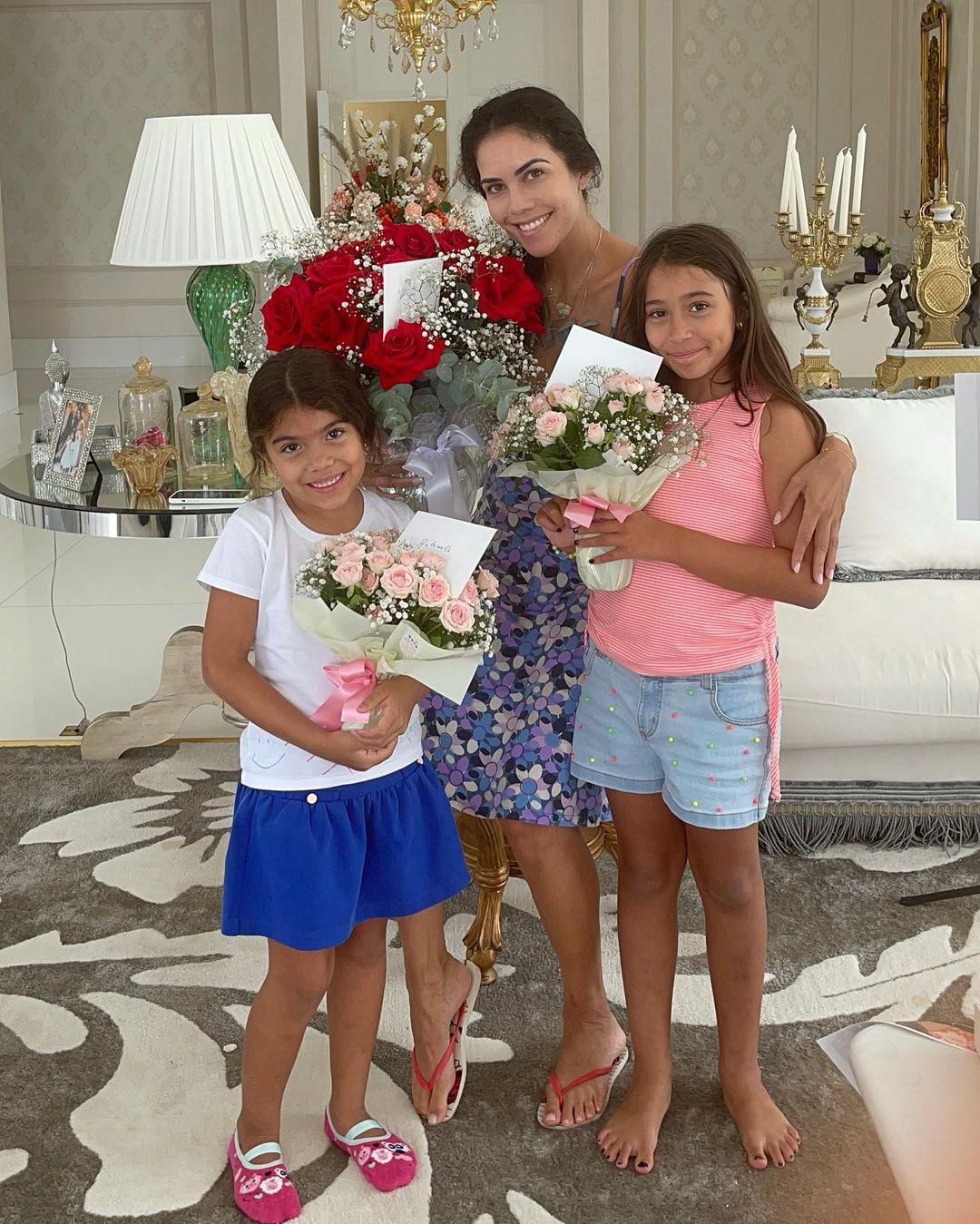 Daniela Albuquerque e filhas.