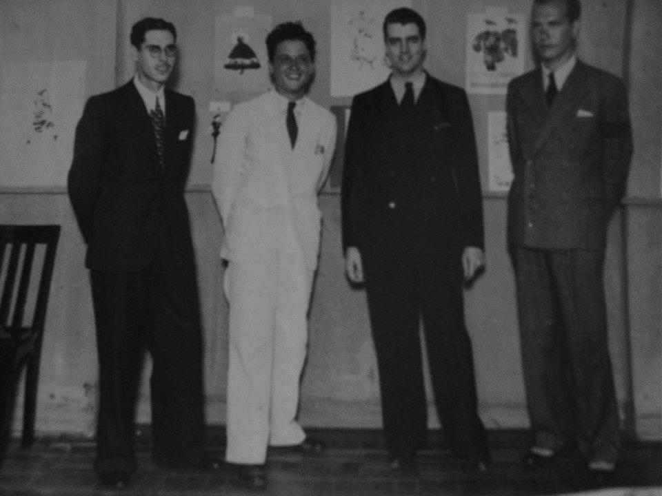 Alceu Penna (vestido de branco) entre colegas, em 1936.