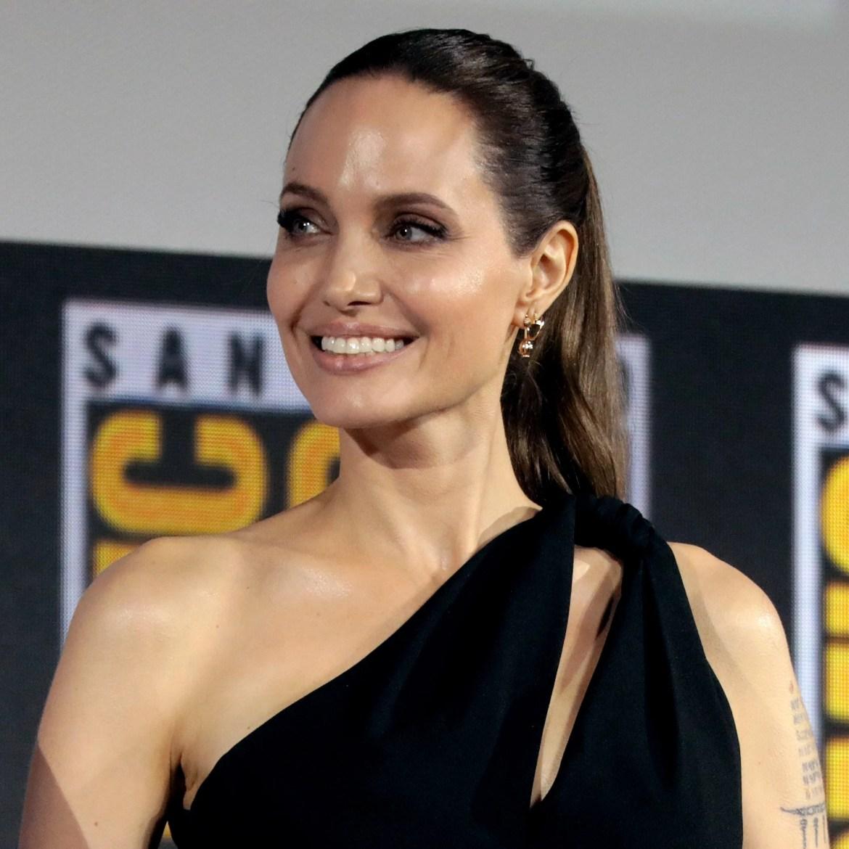Angelina Jolie não acredita em Deus.