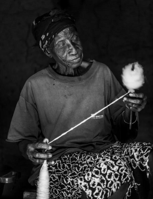 Mulher fiando algodão.