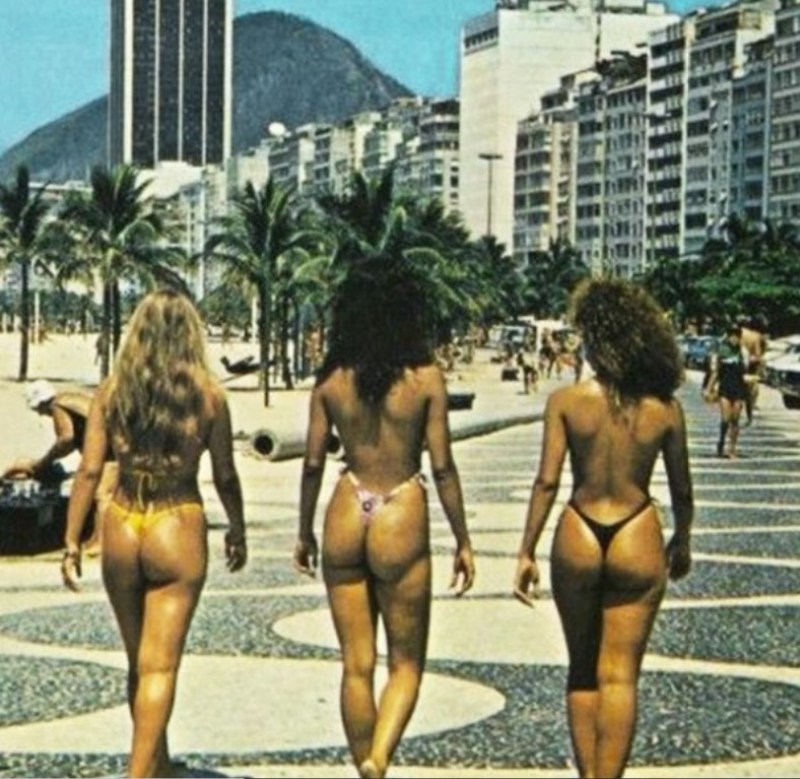 Mulheres desfilando com fio-dental nas ruas do Rio de Janeiro na década de 80.