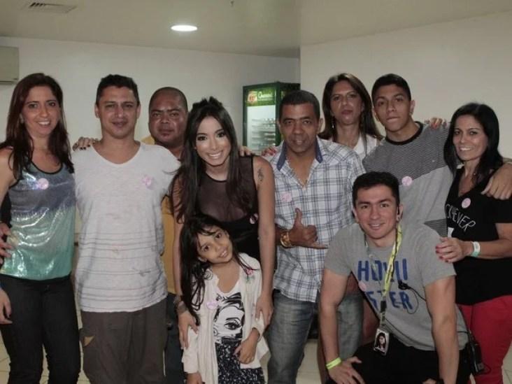 Anitta com a família no começo da carreira - Reprodução