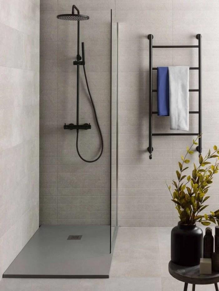 Banheiro minimalista com planta