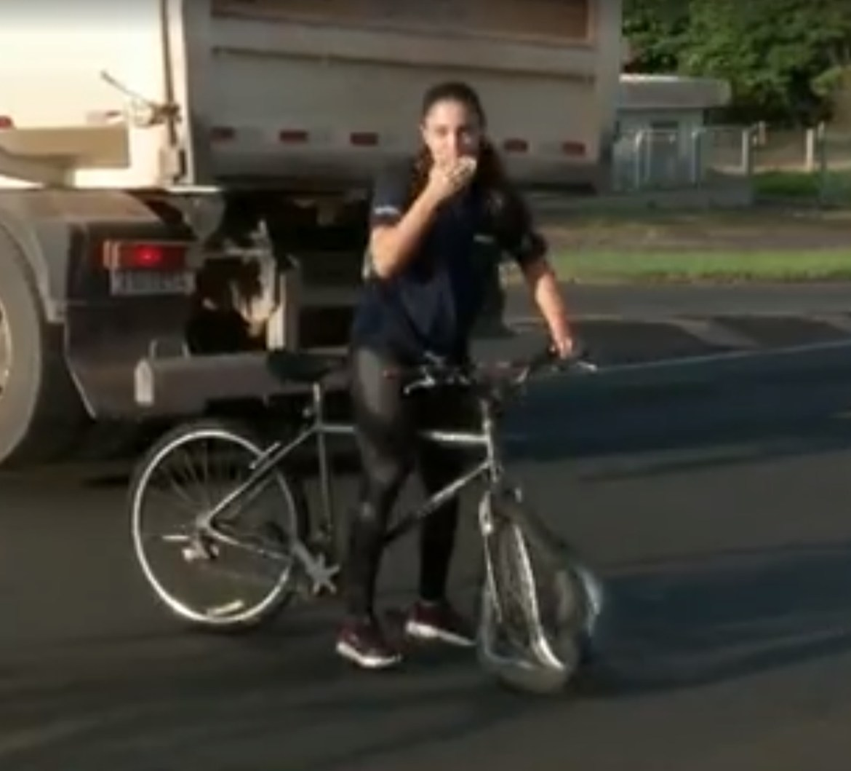Jornal flagra primeira reação da ciclista, após quase sofrer acidente.