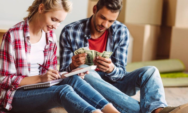 mulher e homem contando dinheiro - vender milhas