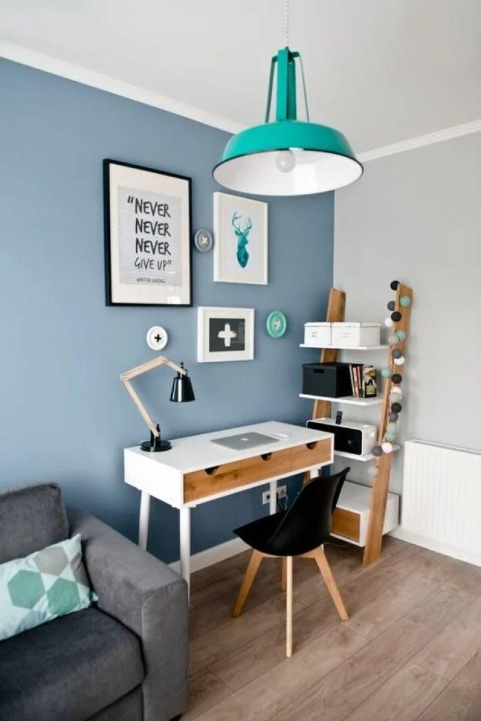 Home office azul na sala.