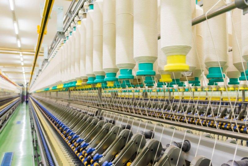 Máquinas de fiação em uma fábrica de algodão.