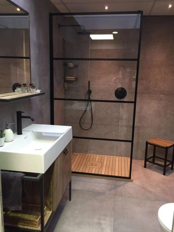 Banheiro com decoração industrial