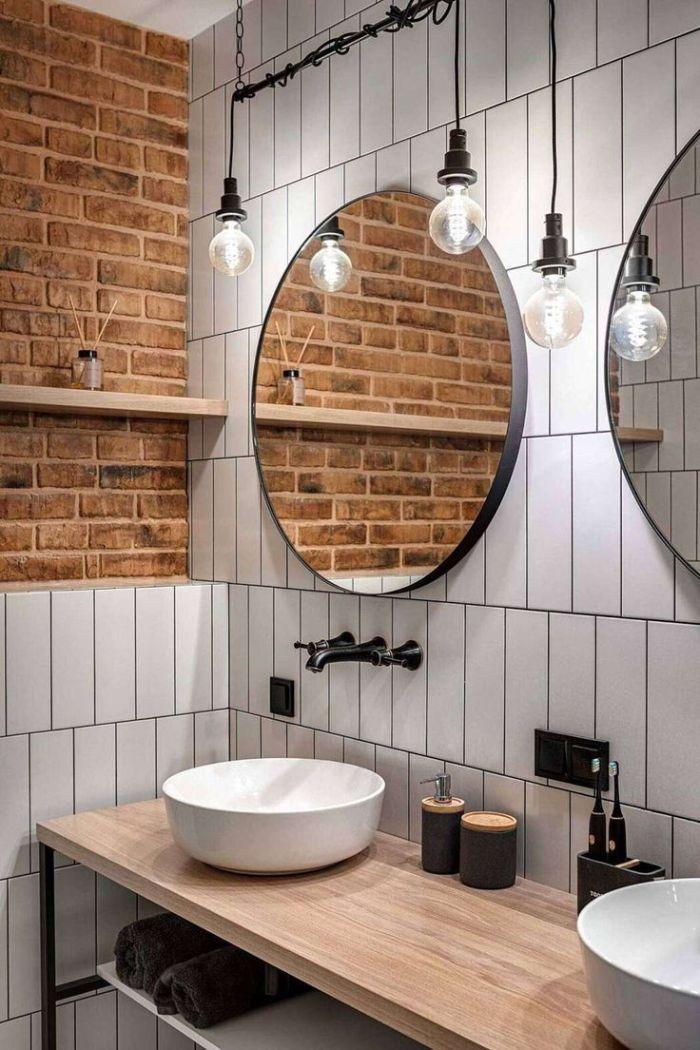 Banheiro com tijolos à vista.