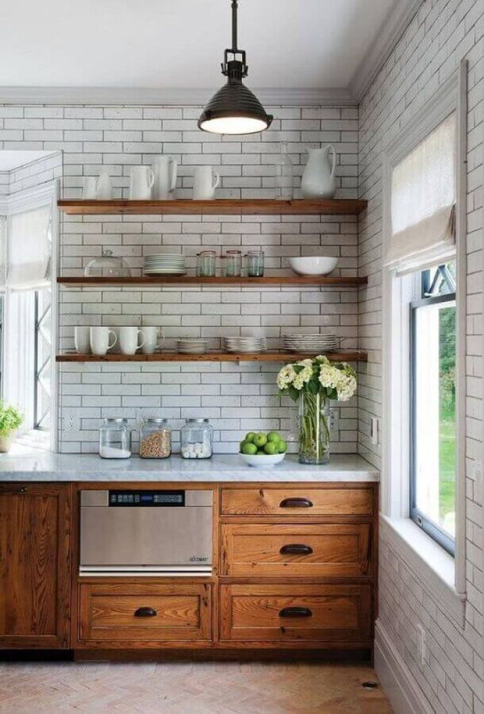 Cozinha com armário de madeira