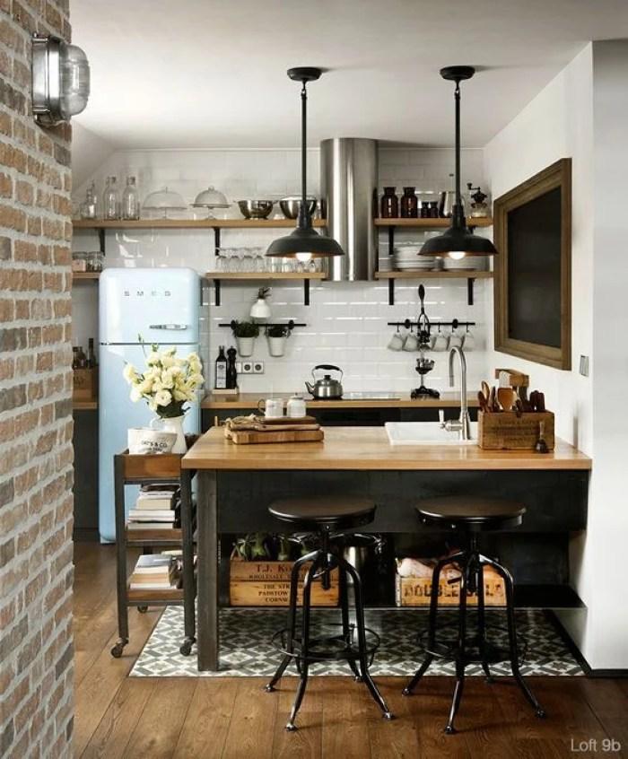 Decoração rústica em cozinha com móveis antigos.