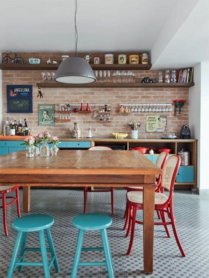 Cozinha com bancos azuis.