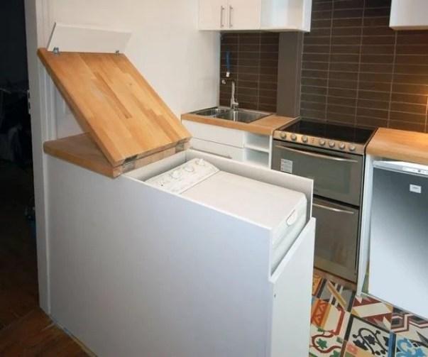 Máquina de lavar na cozinha.