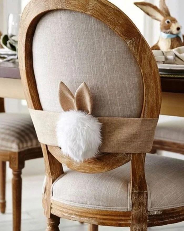 Cadeira com enfeites de páscoa.
