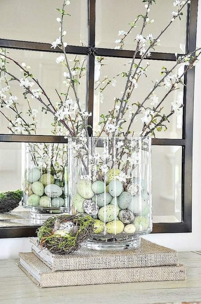 Vaso de vidro com enfeites de páscoa.