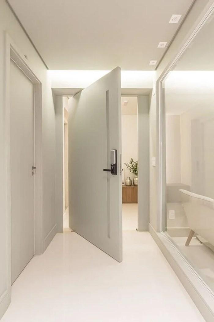 Porta branca pivotante