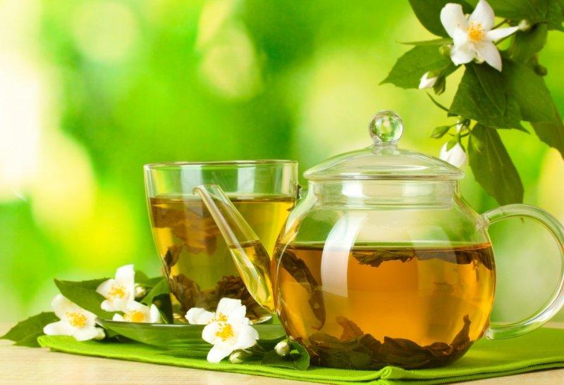 Chá de ervas de hortelã e erva-cidreira