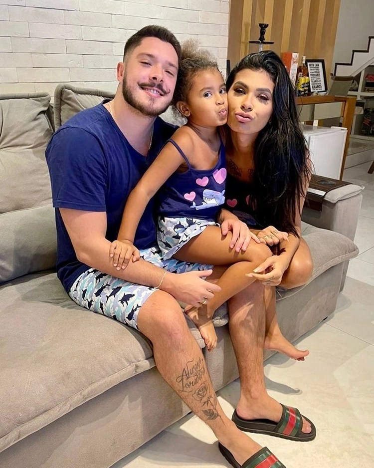 Cantora Pocah, Ronan e sua filha, Toyah.