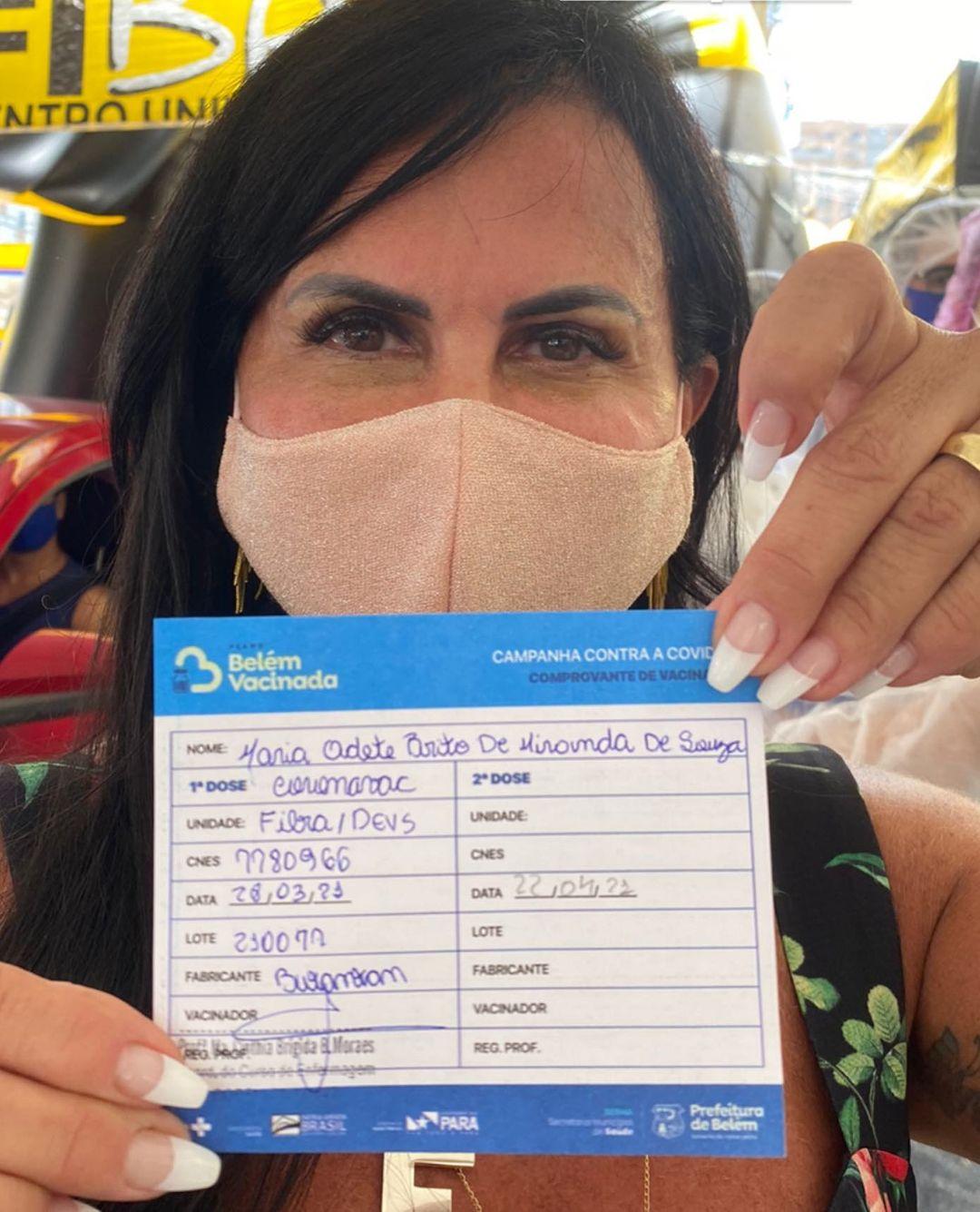 Gretchen toma vacina contra Covid-19.