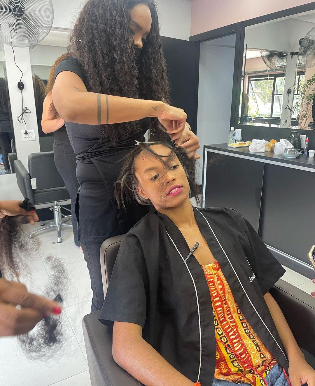 Cabeleireira Jamile Zeidan fazendo cabelo de ex-bbb.