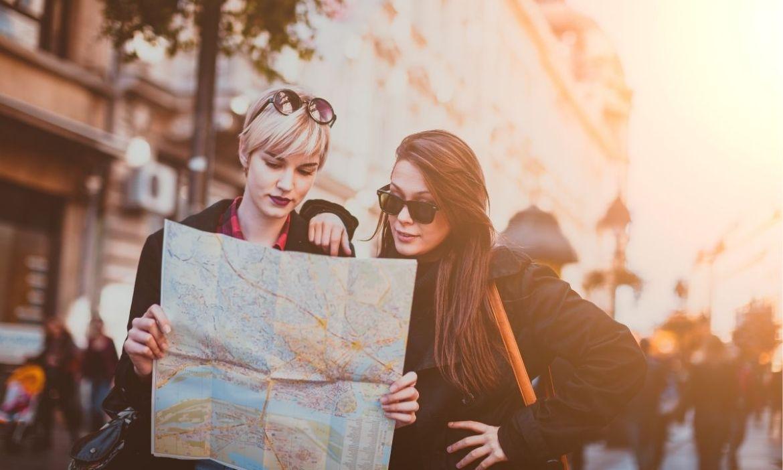 moças com mapa milhas