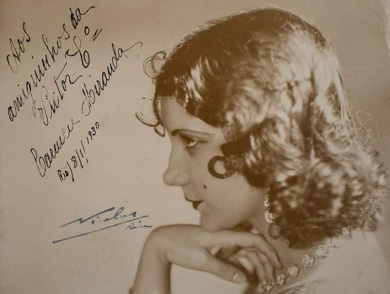 Carmen Miranda em uma foto autografada e datada de 18 de janeiro de 1930.