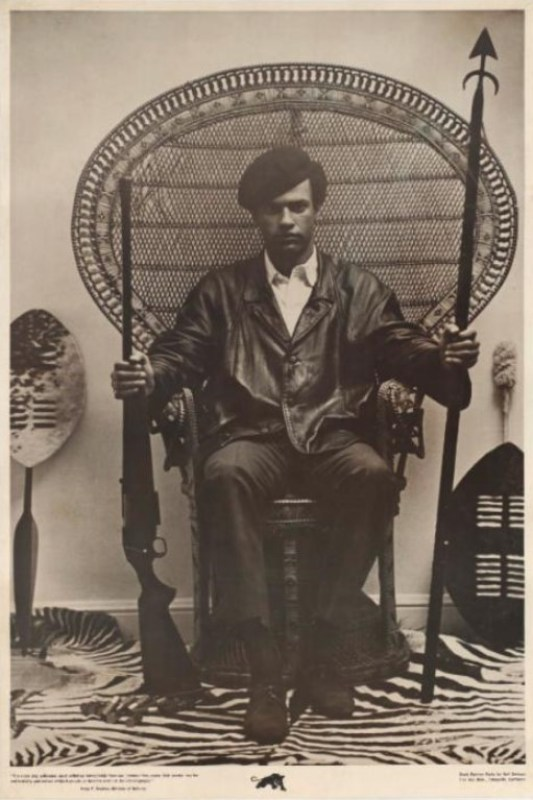 Panfleto com Huey Newton, líder e inspirador dos Panteras Negras, sentado em um trono armado, com referências claramente africanas.