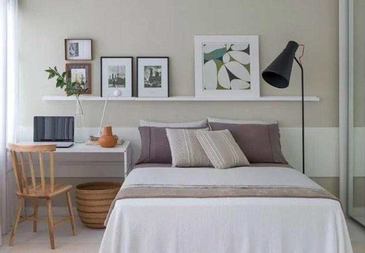 Decoração de quarto de casal com quadros.