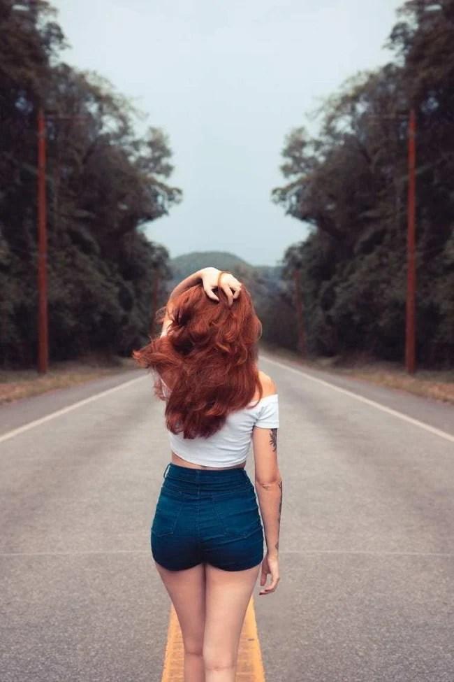 Frase para foto pensativa mulher ruiva na estrada