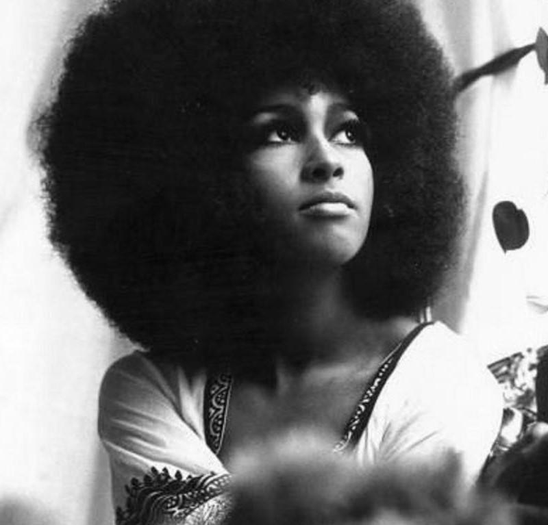 """Marsha Hunt depois da preparação do musical """"Hair"""", em 1968. A imagem do seu cabelo Black Power se tornou um ícone da beleza negra."""