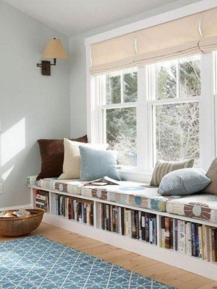 Cantinho da leitura ao lado da janela.