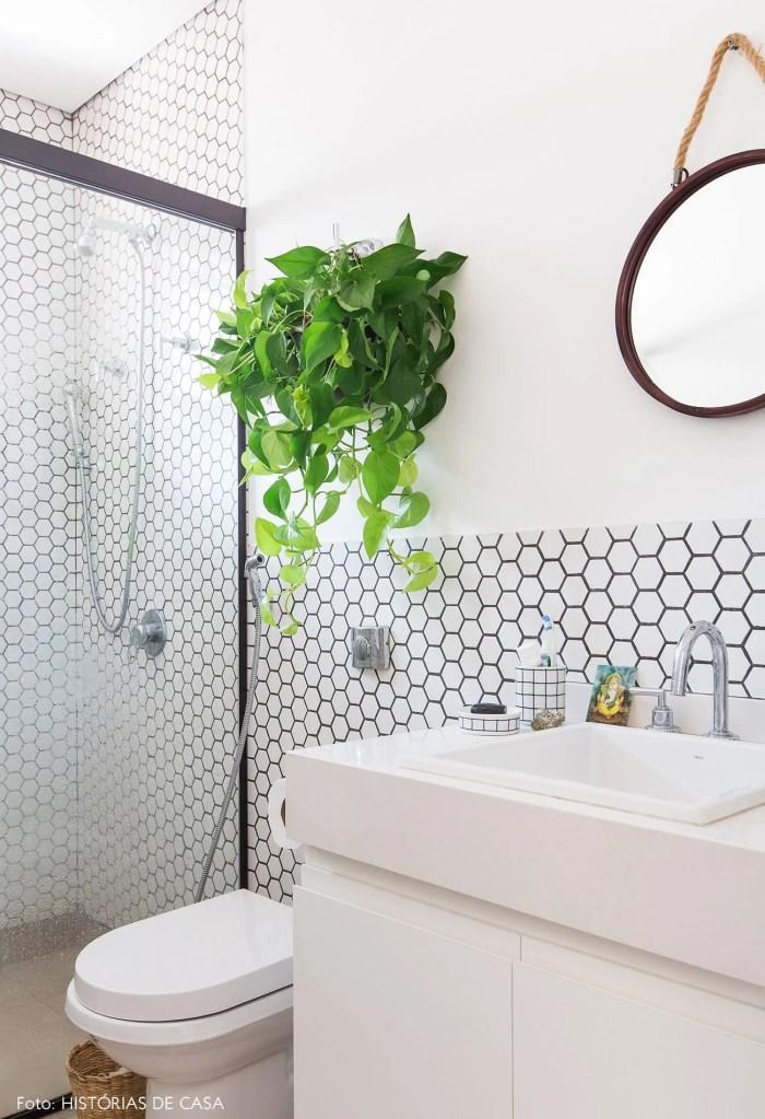 Um vaso de planta no banheiro pequeno.