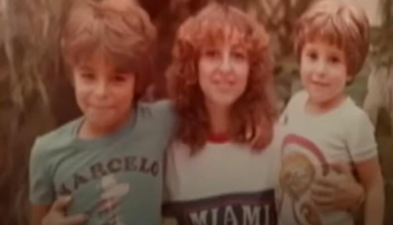 Marcos, a mãe e o irmão - Reprodução