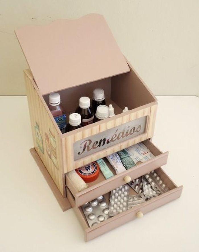 Caixa de remédios com xaropes, comprimidos e pomadas.