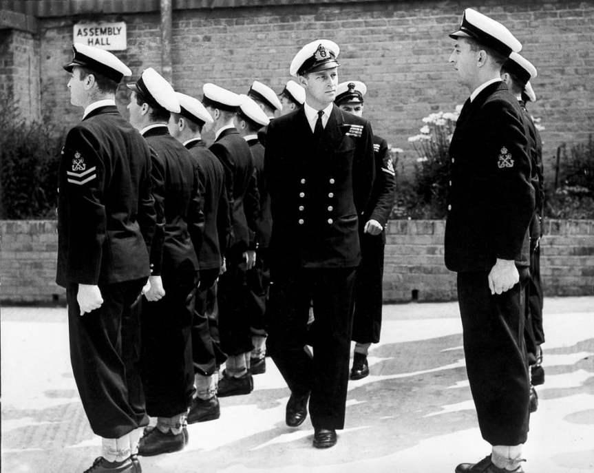 Philip andando entre oficiais.